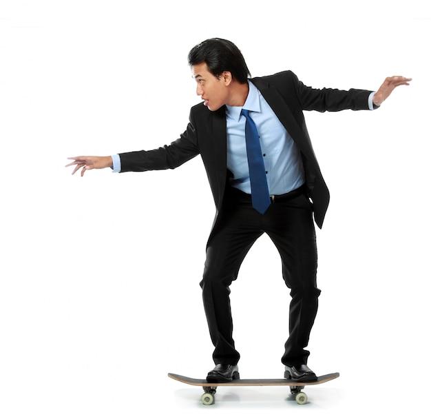 Biznesowy mężczyzna na deskorolka