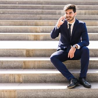 Biznesowy mężczyzna na telefonie komórkowym