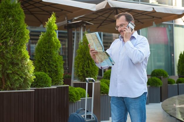 Biznesowy mężczyzna patrzeje sposób na mapie.