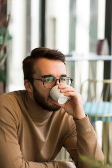 Biznesowy mężczyzna pije kawę
