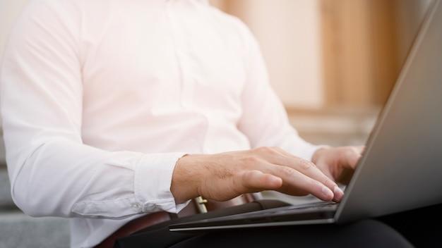 Biznesowy mężczyzna pisać na maszynie na laptopie
