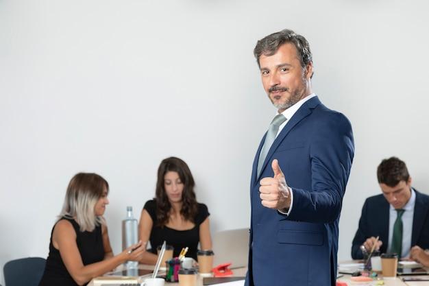 Biznesowy mężczyzna pokazuje aprobaty