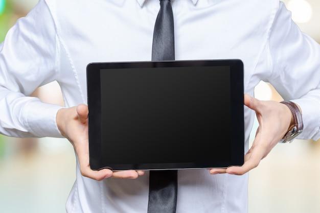 Biznesowy mężczyzna pracuje na cyfrowej pastylce