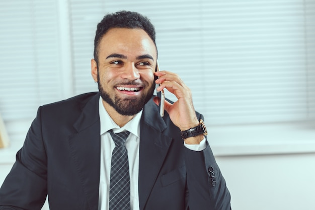 Biznesowy mężczyzna pracuje przy biurem