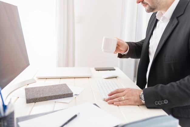 Biznesowy mężczyzna pracuje przy jego biurkiem