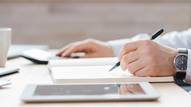 Biznesowy mężczyzna pracuje w biurowym biurku
