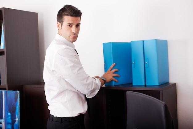 Biznesowy mężczyzna pracuje w biurze