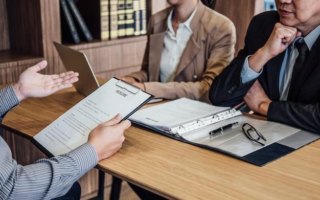 Biznesowy mężczyzna trzyma jego życiorys i wyjaśnia o jego profilu