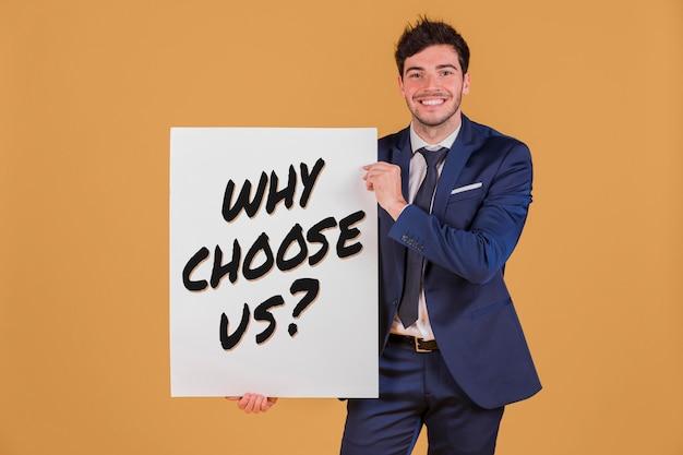 Biznesowy mężczyzna trzyma papier z pytaniem dlaczego wybrać nas
