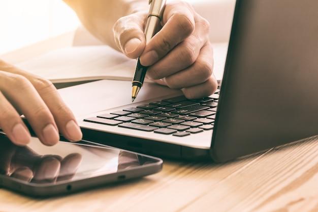 Biznesowy mężczyzna use laptop dla pracować jego biznesowego projekt