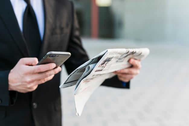 Biznesowy mężczyzna używa jego telefon komórkowego