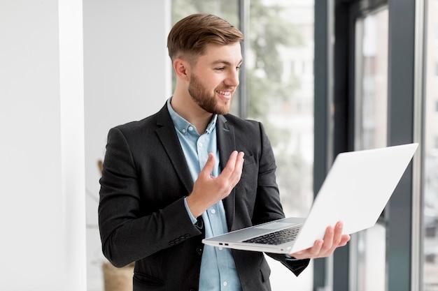 Biznesowy mężczyzna używa laptop