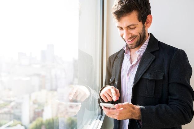 Biznesowy mężczyzna używa telefon komórkowego