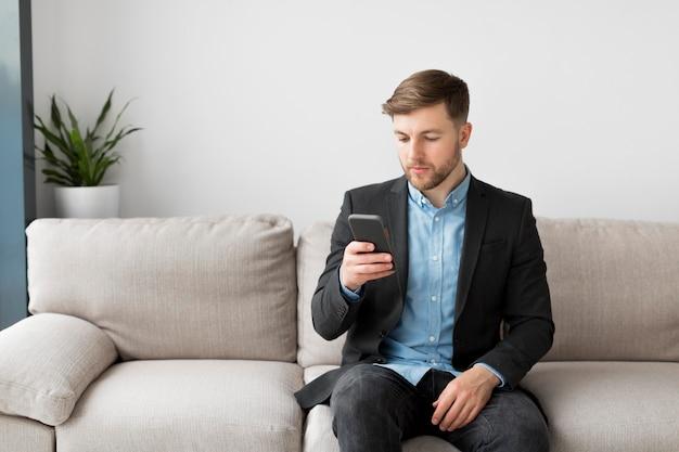 Biznesowy mężczyzna używa telefon