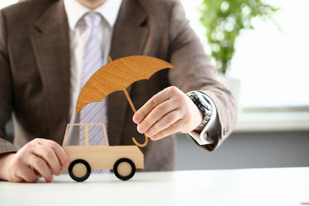 Biznesowy mężczyzna w kostiumu mienia parasolu