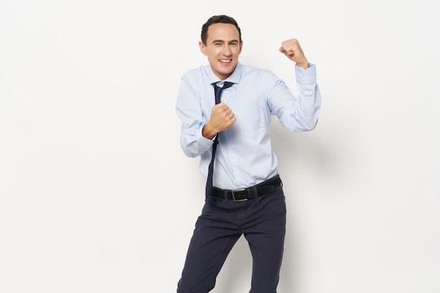 Biznesowy mężczyzna w spodniach w koszuli, gestykulując rękami na świetle