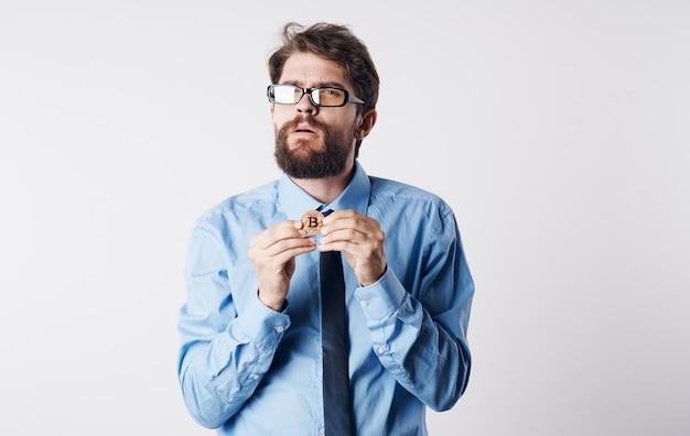 Biznesowy mężczyzna wiąże kryptowalutę internetową technologię portfel elektroniczny.