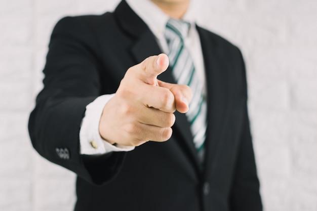 Biznesowy mężczyzna wskazuje palec dowodzenia pojęcie
