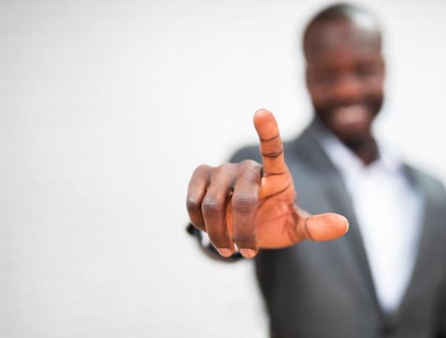 Biznesowy mężczyzna wskazuje zakończenie up