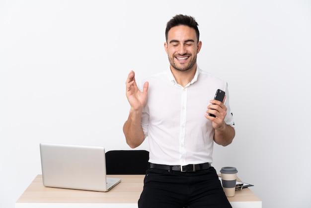 Biznesowy mężczyzna z brodą w miejscu pracy