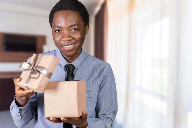 Biznesowy mężczyzna z prezentem