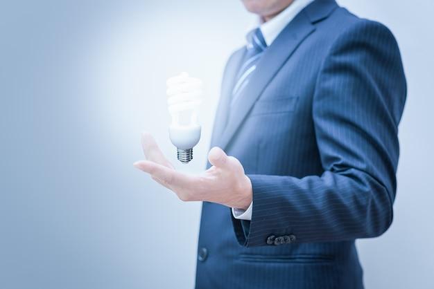 Biznesowy mężczyzna z pustą ręką. ręka trzyma światło