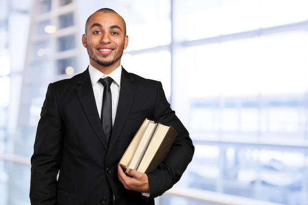 Biznesowy murzyn trzyma książkę