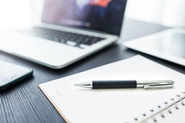 Biznesowy pojęcie, biurowy miejsce pracy z laptopem na drewno stole przeciw okno