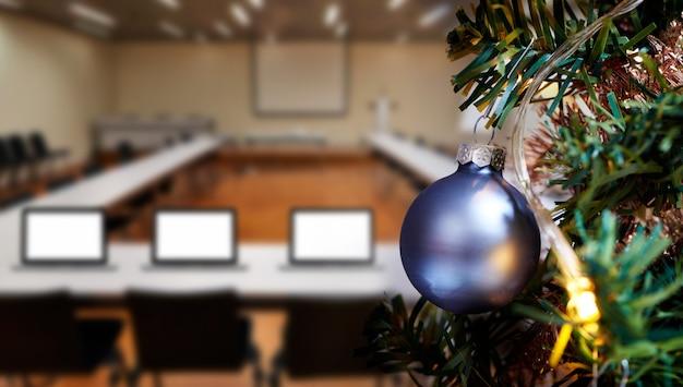 Biznesowy pokój konferencyjny w biurze i wesoło choince