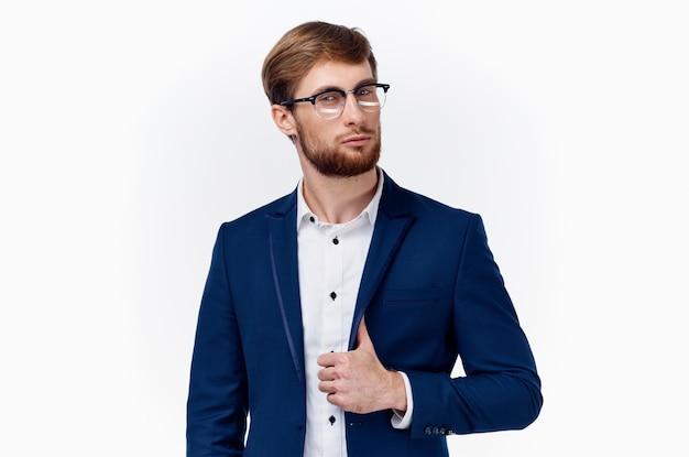 Biznesowy przystojny mężczyzna w okularach i białej koszuli niebieskiej kurtce
