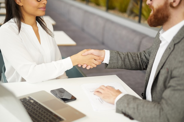 Biznesowy uścisk dłoni na spotkaniu
