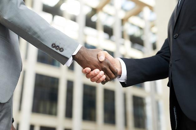 Biznesowy uścisk dłoni na zewnątrz