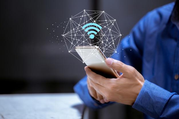 Biznesowy używa smartphone, z wifi ikoną, komunikaci biznesowej sieci ogólnospołeczny pojęcie.