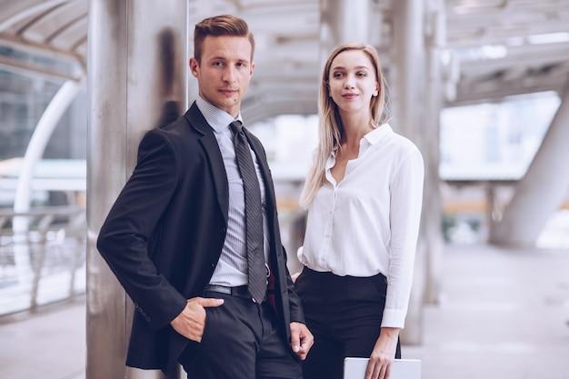 Biznesowych mężczyzn i kobiet biznesmenów