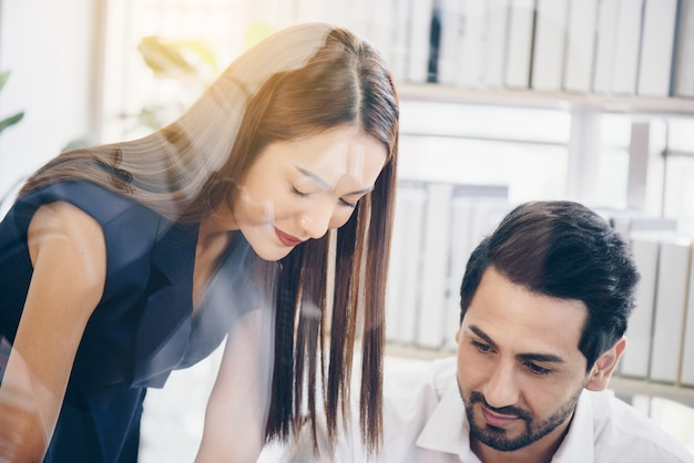 Biznesu i biura pojęcia biznes drużyna z trzepnięcie deską w biurowy dyskutować