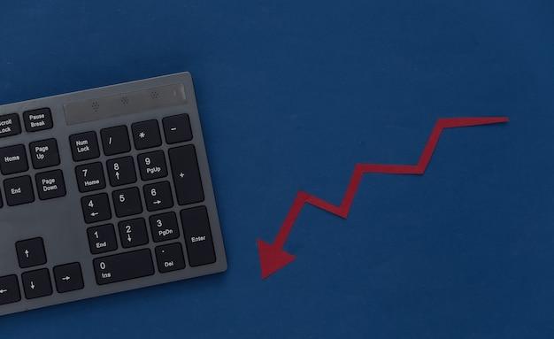 Biznesu online. klawiatura komputerowa ze strzałką na klasycznym niebieskim kolorze. kryzys