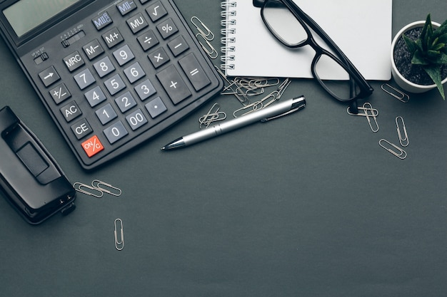 Biznesu wciąż życie z kalkulatorem na stole w biurze.