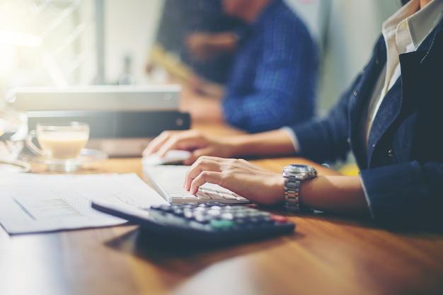 Bizneswoman analizuje dane wpólnie w pracie zespołowej dla planować nowego projekt i zaczynać