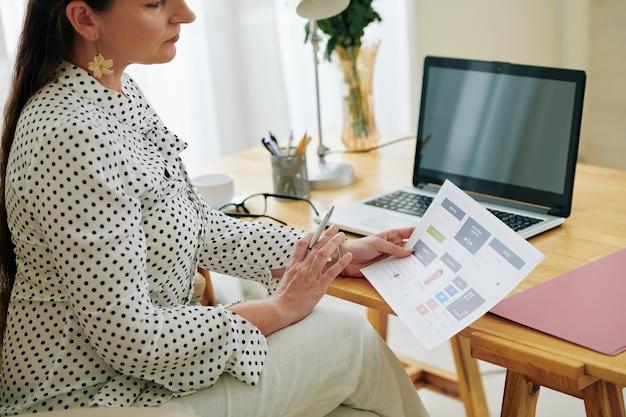 Bizneswoman analizuje prototyp aplikacji mobilnej