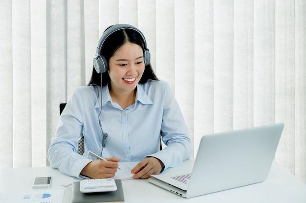 Bizneswoman analizuje wykres i spotkanie konferencja wideo z laptopem w biurze domowym
