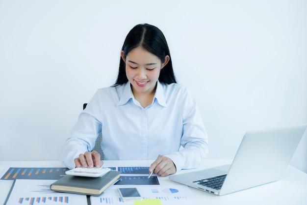 Bizneswoman analizuje wykres z laptopem w domowym biurze, aby ustalić ambitne cele biznesowe