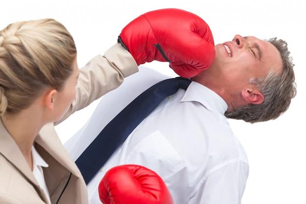 Bizneswoman boksuje jej co pracownika