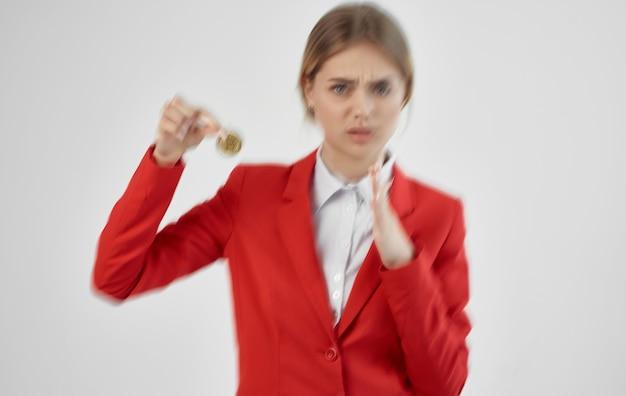 Bizneswoman czerwona kurtka wirtualna gospodarka pieniędzy na białym tle