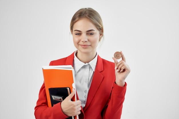 Bizneswoman czerwona kurtka wirtualne pieniądze gospodarki jasne tło