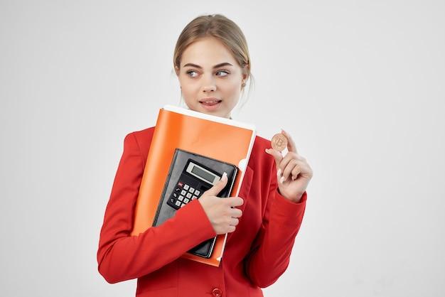 Bizneswoman czerwona kurtka wirtualne technologie gospodarki pieniędzy