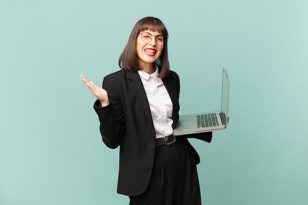 Bizneswoman czuje się szczęśliwa, zaskoczona i pogodna, uśmiechnięta z pozytywnym nastawieniem, realizująca rozwiązanie lub pomysł