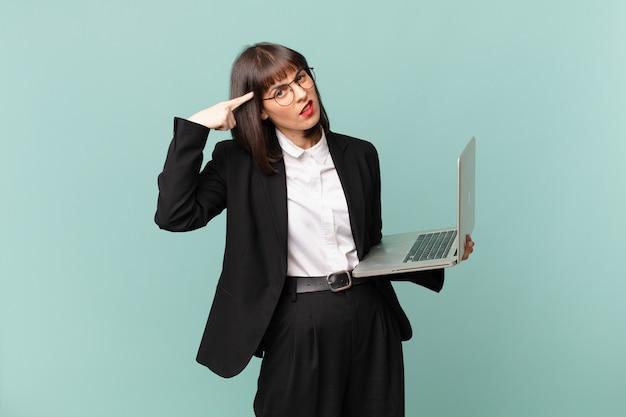 Bizneswoman czuje się zdezorientowana i zakłopotana, pokazując, że jesteś szalony, szalony lub oszalały