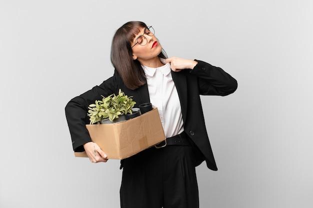 Bizneswoman czuje się zestresowana, niespokojna, zmęczona i sfrustrowana, ciągnie za kołnierz koszuli, wygląda na sfrustrowaną problemem