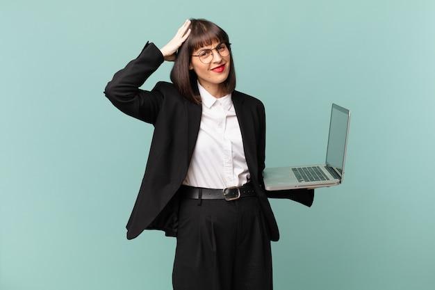 Bizneswoman czuje się zestresowana, zmartwiona, niespokojna lub przestraszona, z rękami na głowie, panikując z powodu błędu
