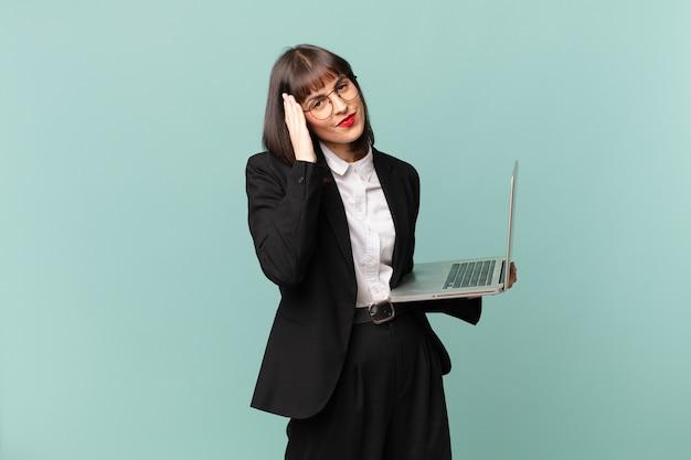 Bizneswoman czuje się znudzona, sfrustrowana i senna po męczącym, nudnym i żmudnym zadaniu, trzymając twarz ręką